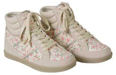 flores en zapatillas de niña