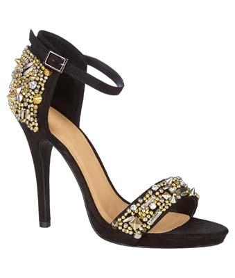 Hermosa sandalia adornada con piedras