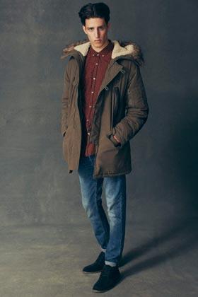 Diferentes chaquetas para hombre y jeans