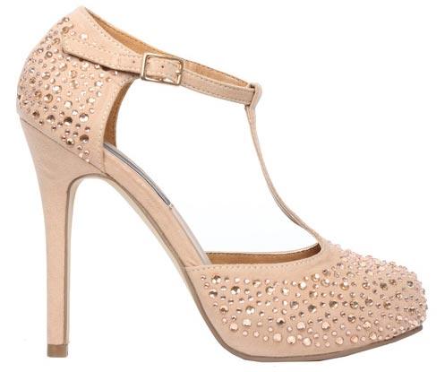 Hermosos zapatos con tacones calados