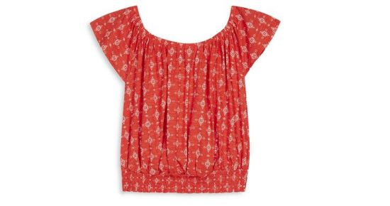 blusa roja con pliegues su diseño y tela fresca son las mas buscadas del verano