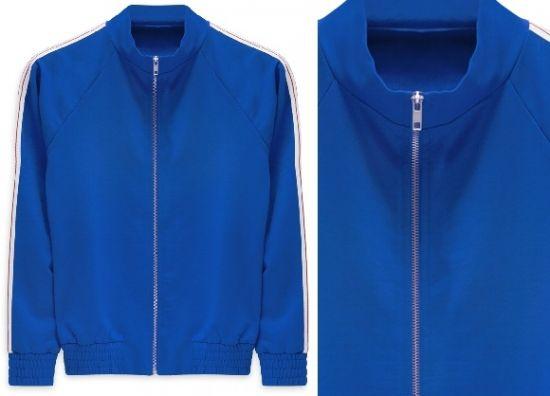 Chaqueta azul con cuello alto y cremallera