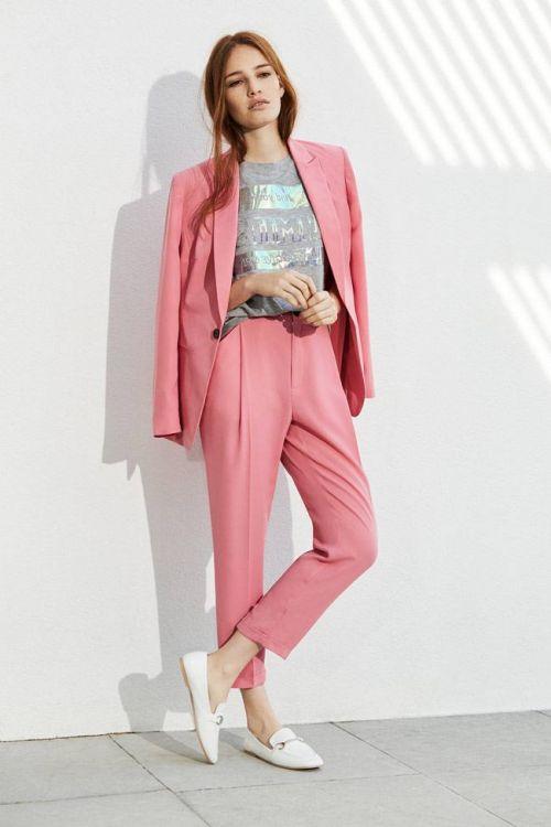 traje mujer rosa