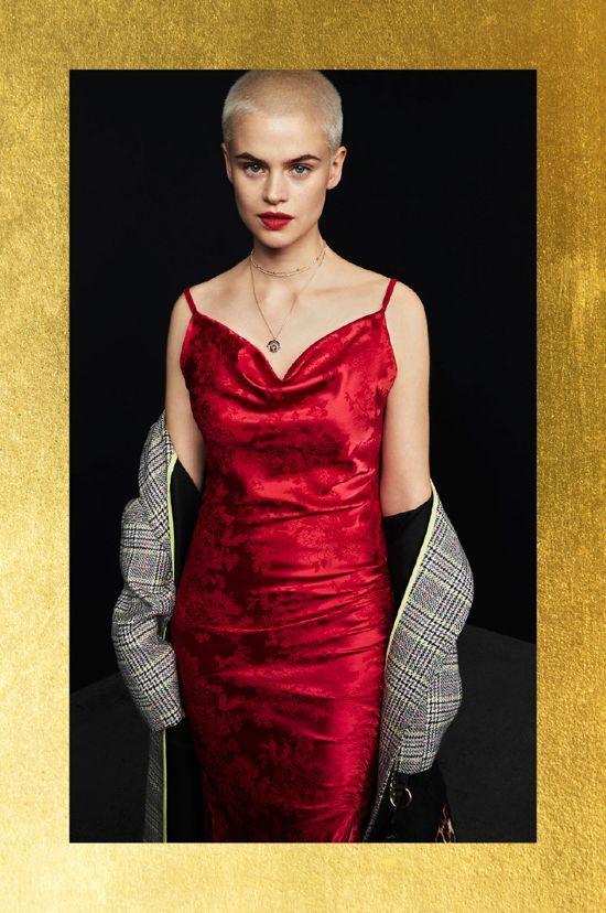 vestido de saten rojo y abrigo a cuadros primark