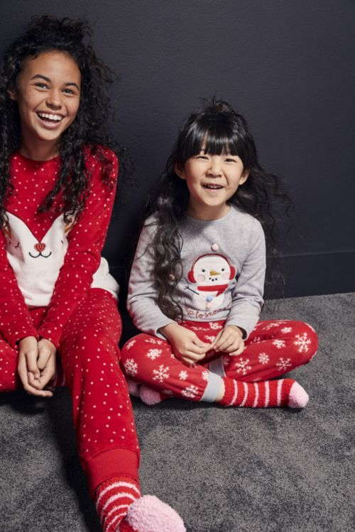 pijama con motivo de pinguino y muñeco de nieve