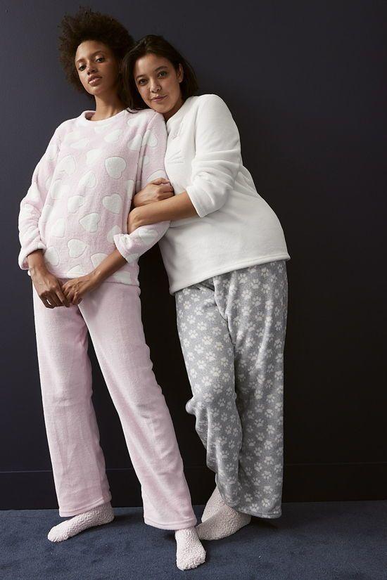 pijama de felpa con corazones y estampado