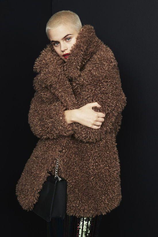abrigo osito y bolso cruzado negro