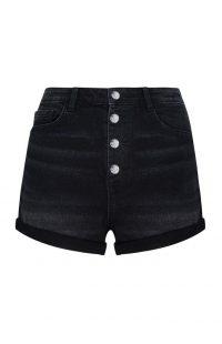 Pantalón corto negro con botones a la vista