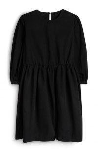 Vestido negro con mangas abombadas