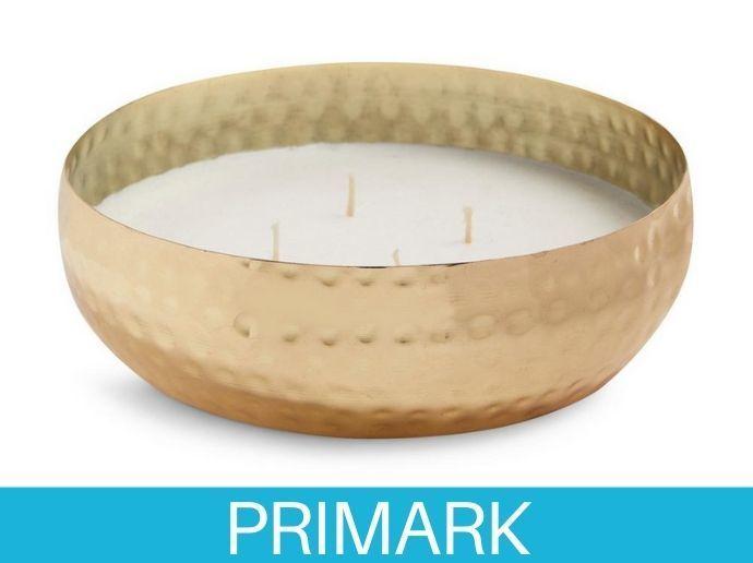 Portavelas repujado dorado de grandes dimensiones con vela de cuatro mechas Primark